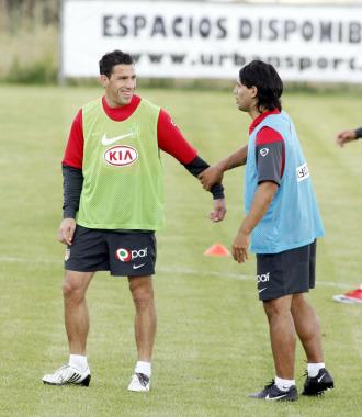 Ag�ero y Maxi bromean en un entrenamiento.