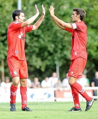 Xabi Prieto celebra con Agirretxe uno de los dos goles anotados ante el Anaitasuna en el primer partido de la pretemporada de la Real Sociedad