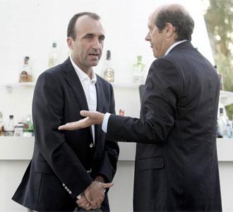 Javier G�mez y Manuel Llorente, a la salida de las oficinas del club de Mestalla