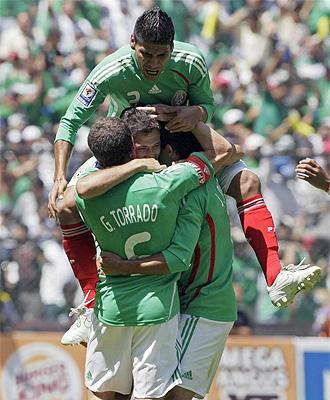 El combinado mexicano celebra el tanto del empate.