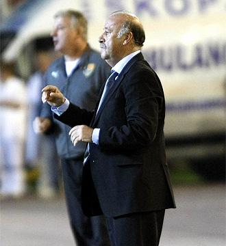 Del Bosque da instrucciones a sus hombres durante el partido contra Macedonia.
