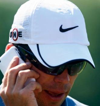 Paul Casey hablando por el teléfono móvil.