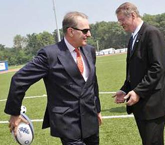 Jacques Rogge, presidente del COI, bromea con un balón de rugby con Bernard Lapasset, máximo mandatario de la IRB