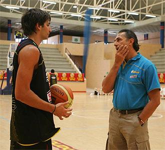 Scariolo habla con Ricky durante un entrenamiento.