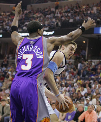 Quentin Richardson defendiendo a Pau Gasol.