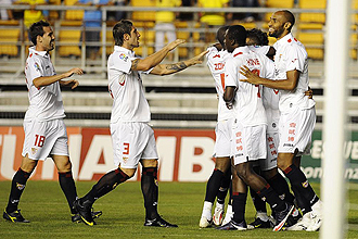 Los jugadores del Sevilla celebran el primer tanto ante el Valencia.