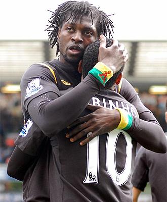 Adebayor celebra su gol con Robinho.