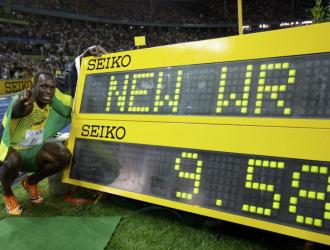 Bolt posa junto al crono