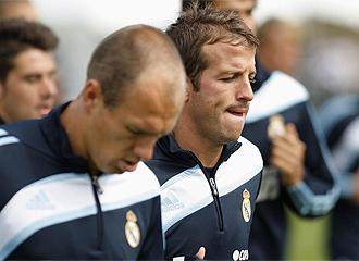 Van der Vaart se entrena junto a Robben.