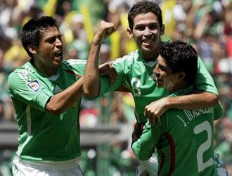 Varios jugadores mexicanos celebran el tanto de Castro ante Estados Unidos.