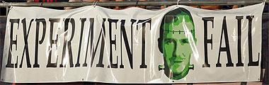 Pancarta contra Beckham en la que se puede leer: Experimento fallido