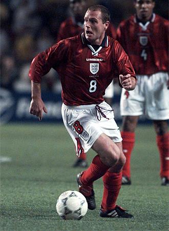 Gascoigne, durante un partido con Inglaterra.