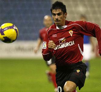 Xisco Campos corre tras el balón en un partido de la temporada pasada con el Murcia