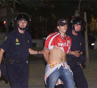 Bayron es detenido por la polic�a tras una agresi�n.