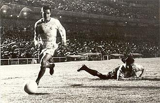 El jugador del Madrid se escapa con el esf�rico, quedando un defensa ingl�s tirado en el suelo.