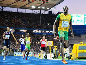 Usain Bolt entra el primero por l�nea de meta