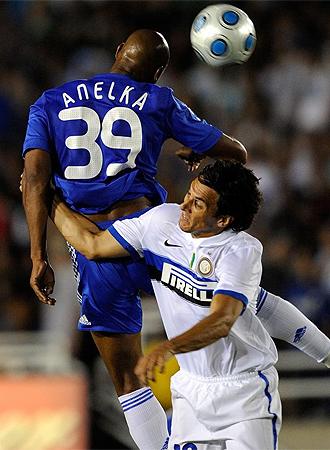 Burdisso lucha por un balón con Anelka.