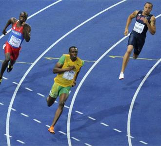 Bolt sale de la curva en la carrera de 200