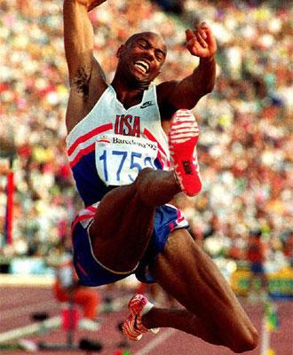 Powell en su época de saltador de longitud.