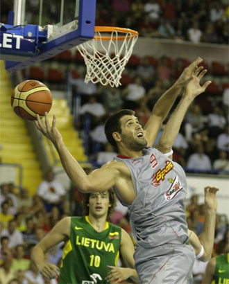 Felipe Reyes intenta hacer un aro pasado ante los lituanos.