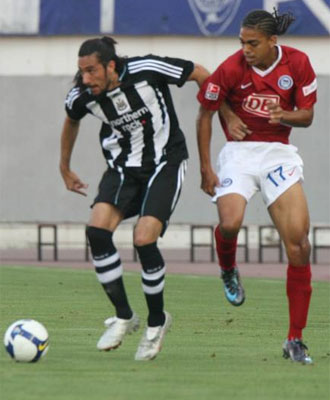 Jonás Gutiérrez en una amistoso con el equipo inglés.