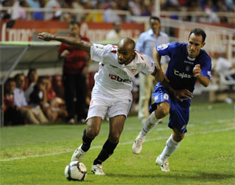 Kanouté intenta escaparse de un rival.