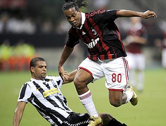 Ronaldinho, durante un encuentro con el Milan