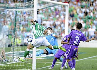 Asenjo encajó su último gol con el Valladolid en el Ruiz de Lopera, pero el equipo pucelano se salvó.