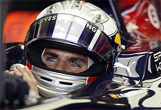 Jaime Alguersuari, a los manos de su Toro Rosso durante la calificación de Valencia.