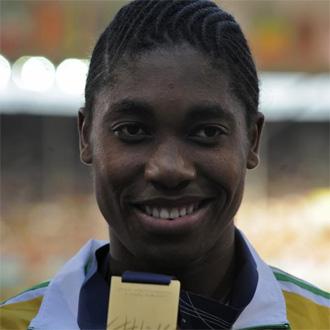 Caster Semenya, en el podio con su medalla de oro conseguida en la prueba de los 800 metros
