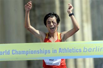 Xue Bai cruza primera la línea de meta en Berlín.