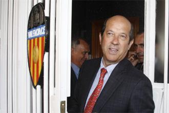Manuel Llorente sale de Mestalla.