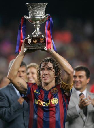Carles Puyol levanta la Supercopa de España