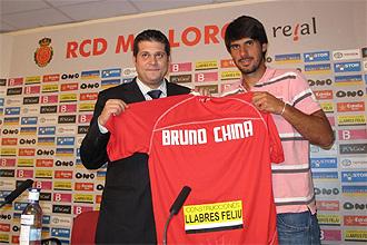 Bruno China posa con la camiseta de su nuevo equipo, el Mallorca