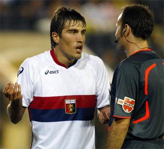 Alberto Zapater protesta al árbitro en el primer partido con el Genoa