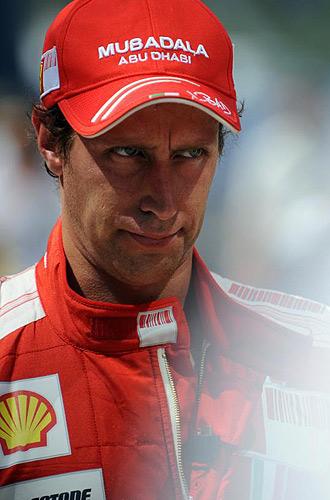 Luca Badoer pasea por el paddock durante el Gran Premio de Valencia