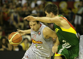 Raúl López, en una acción contra Lituania