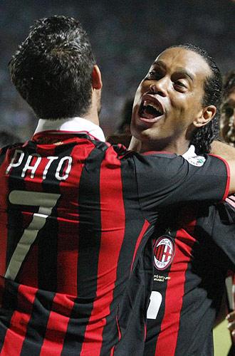 Ronaldinho celebra un gol con Pato