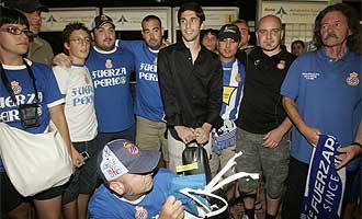 Forlín es recibido por aficionados pericos a su llegada a la capital catalana.