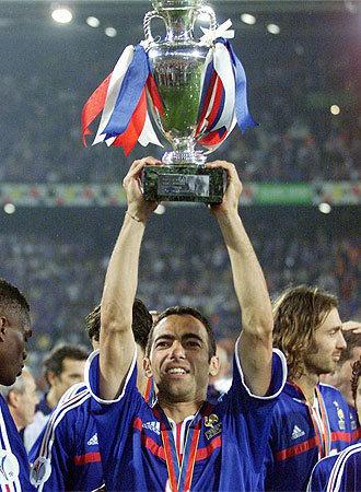Djorkaeff levanta la Copa de Europa lograda con Francia.