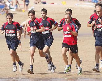 El Sporting durante un entrenamiento en la playa esta pretemporada