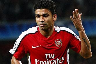 Eduardo celebra un gol con el Arsenal