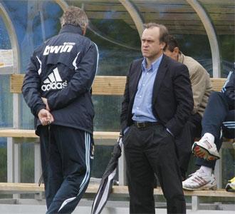 Miguel Pardeza charla con Manuel Pellegrini, en un entrenamiento del Real Madrid
