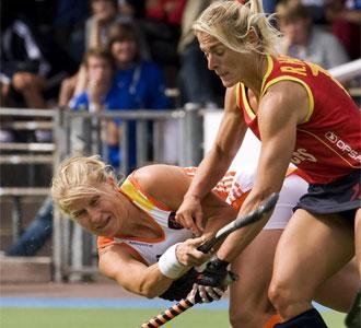 Raquel Huertas pelea una pelota ante una jugadora alemana