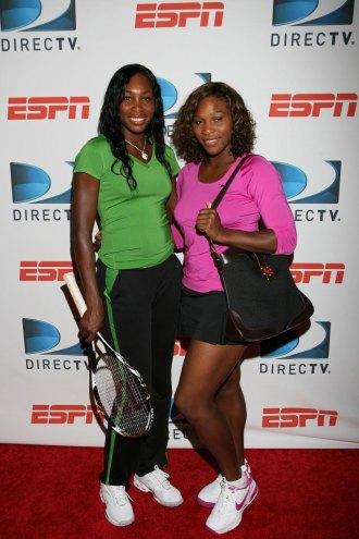 Serena y Venus Williams posan en un acto previo a la disputa del US Open 2009.