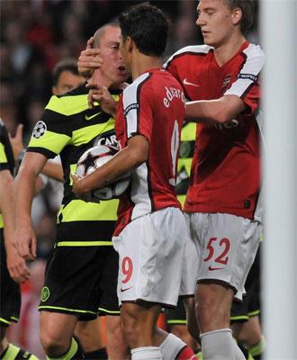 Un jugador del Celtic se encara con Eduardo tras simular su penalti.