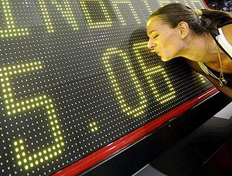 Yelena Isinbayeva, besa el marcador con su récord