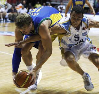Tiago Splitter y Pablo Prigioni pugnan por un balón
