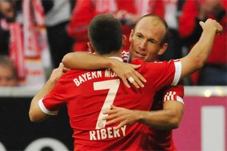 Arjen Robben se abraza con Ribery tras marcar uno de sus dos goles en su debut con el Bayern