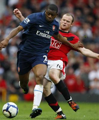Diaby conduce el balón ante la oposición de Rooney